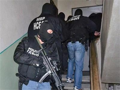 Спецполицаи арестуваха четиримата рано сутринта. СНИМКА: МВР