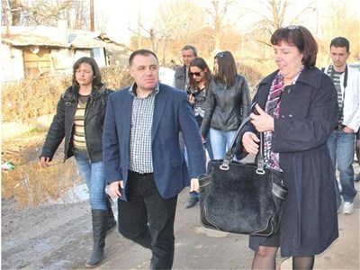Министър Мирослав Найденов обиколи пеша селото в понеделник привечер.  СНИМКИ: АВТОРЪТ