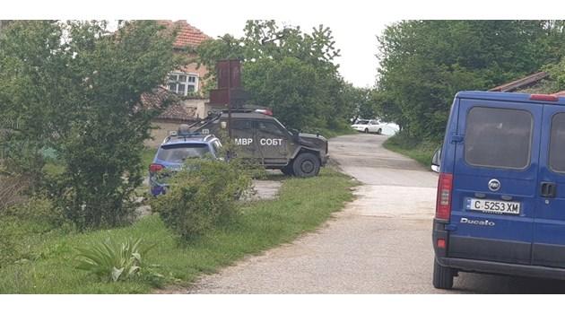Жители на Костенец бягат от града заради  неуловимия Зайков, барети го търсят и в кладенците (Обзор)