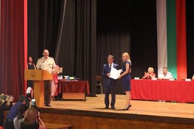 Габриела Наплатанова получава дипломата си от ген. Константин Попов, председател на парламентарната комисия по отбрана. СНИМКА: Личен архив