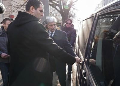 Нено Димов се качва в буса на прокуратурата.