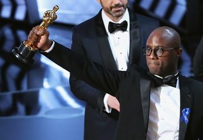 Режисьорът Бари Дженкинс държи статуетката за най-добър филм Снимка: Ройтерс