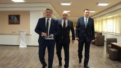 Министър Красен Кралев с кмета на Благоевград Атанас Камбитов (вляво) и областния управител Бисер Михайлов ( вдясно). СНИМКА: Антоанета Маскръчка