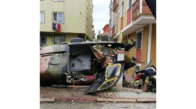 Военен хеликоптер падна в истанбулския  квартал Чекмекьой (Видео, снимки)