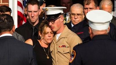 Синът на Майкъл Хоб утешава майка си СНИМКИ: CNN