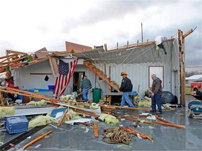Пожарникари разчистват разрушена къща в Милтън, Кентъки.