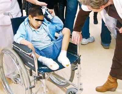 Цецко веднага след наложителната операция на измръзналите му крака през 2013 г. във врачанската болница.
