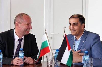 Зам.-ректорът доц.Димитър Димитров и посланикът на Палестина д-р Ахмад Ал Мадбух разговаряха за изучаването на арабски във ВТУ