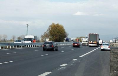 """Околовръстното шосе край Казичене бе ремонтирано, но след този участък се влиза в тапата към """"Младост""""."""