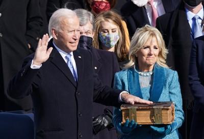 Байдън се кълне с ръка на 127-годишната семейна библия. СНИМКА: РОЙТЕРС