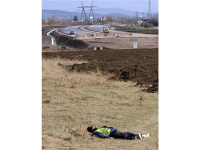 """Строител на автомагистрала """"Хемус"""" си почива от работа. Той е полегнал на поляна край изграждащата се връзка на аутобана с околовръстното на София.  СНИМКА: ПИЕР ПЕТРОВ"""