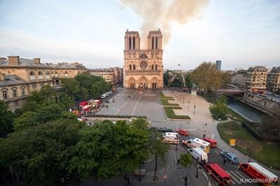 """Емблематичните 2 кули на """"Нотр Дам"""" са спасени, отдъхна си светът. Снимка РОЙТЕРС"""