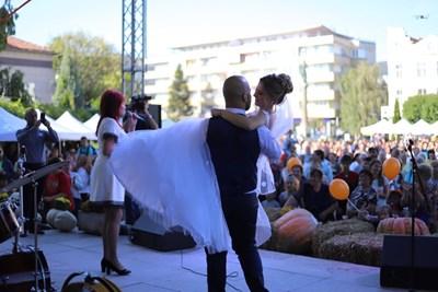 Млади севлиевци споделиха сватбата си с хилядите гости на празника на тиквата