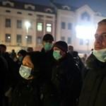 15 януари 2020 г.: хората са покрили лицето си с хирургически маски по време на протест заради липса на мерки за справяне с тежкото замърсяване на въздуха в Тузла, Босна и Херцеговина.