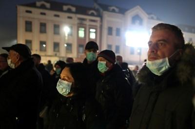 15 януари 2020 г.: хората са покрили лицето си с хирургически маски по време на протест заради липса на мерки за справяне с тежкото замърсяване на въздуха в Тузла, Босна и Херцеговина. СНИМКА: РОЙТЕРС