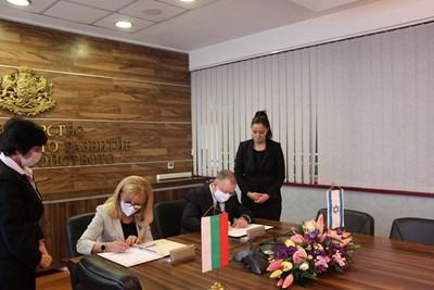 Министър Петя Аврамова и посланикът на Израел Йорам Елрон подписаха споразумение между двете правителства. СНИМКИ: МРРБ