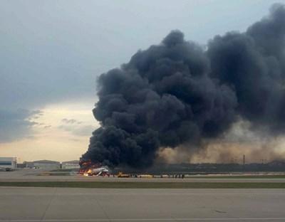 Запалилият се самолет в Москва СНИМКА: Ройтерс