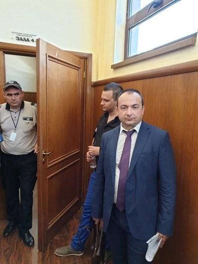 Кристиян Бойков зад адвоката си СНИМКА: България он ер