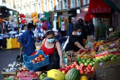 Жени с маски пазаруват в Лондон.