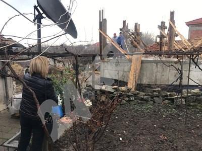 Мая Манолова в с. Хитрино провери как се разпределят помощите за пострадалите хора година след трагедията. СНИМКА: 24 часа