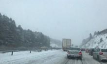 """Автобус аварира в Конявската планина, 50 коли закъсали в местност """"Черна нива"""" (Снимки)"""