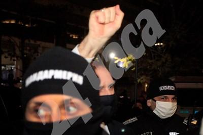 Радев се ръкува с част от протестиращите и размаха юмрук. Снимки ВЕЛИСЛАВ НИКОЛОВ СНИМКА: 24 часа
