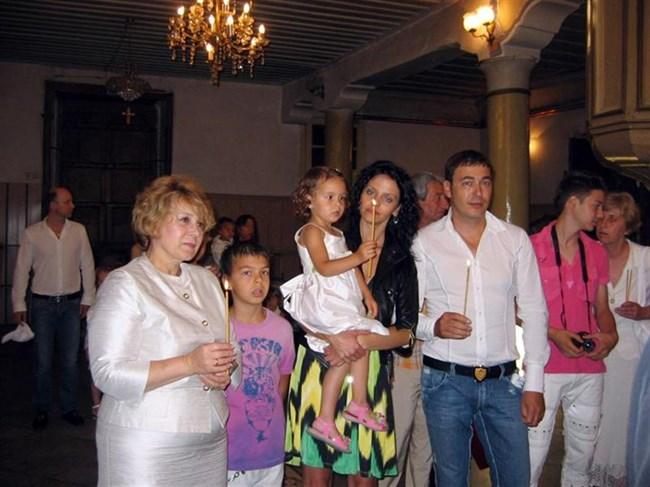 099a78df215 На кръщането на Божидара присъства и приятелят на баща й - Новаков (вляво  зад Масларова). СНИМКИ: АРХИВ