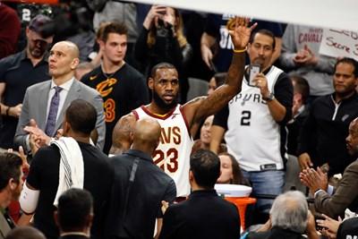 """Леброн Джеймс получава поздравления от феновете на """"Сан Антонио"""", след като премина границата от 30 000 точки в НБА. СНИМКА: РОЙТЕРС"""