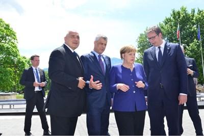 """Бойко Борисов, Хашим Тачи, Ангела Меркел и Александър Вучич в почивката на срещата. За тази снимка премиерът написа: """"Горд съм""""."""