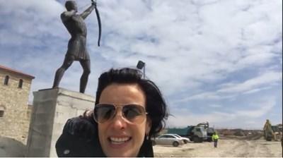 Яна Маринова показва във видео статуята на стрелец в Историческия парк край Варна.  СНИМКА: ФЕЙСБУК ПРОФИЛ  НА АКТРИСАТА