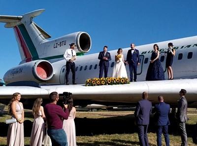 """Младоженци си казват заветното """"да"""" на крилото на стар Ту-154 в Бургас."""