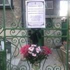 На къщата, която може да е мотив за престъплението, са поставени некролози на убитите