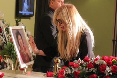 Дъщерята на Стоянка Мутафова - Мария Грубешлиева, се сбогува с  майка си преди година. СНИМКА: Румяна Тонeва