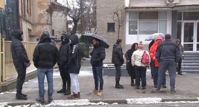 Жители на Казанлък се събраха пред РУ на МВР, за да кажат мнението си за действията на полицията в неделя. Някои от тях подкрепят униформените, други ги критикуват.  СНИМКА: Ваньо Стоилов