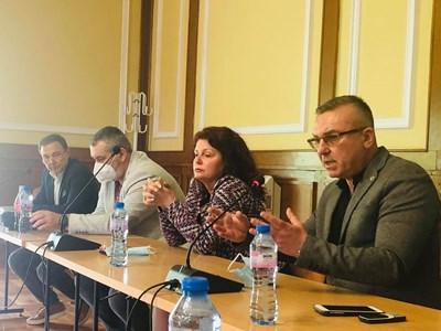 В Слънчев бряг започва ваксинацията на хората от туристическия бранш, стана ясно на среща, организирана от ексдепутата Димитър Бойчев /в дясно/.