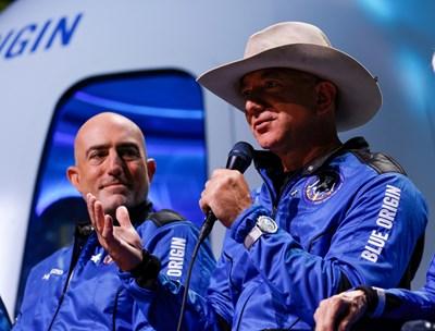 Американският милиардер Джеф Безос (с шапката) и брат му Марк след пътуването в Космоса. СНИМКА: СНИМКА: РОЙТЕРС
