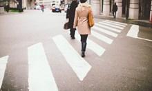 Джигит с порше помете дете на пешеходна пътека