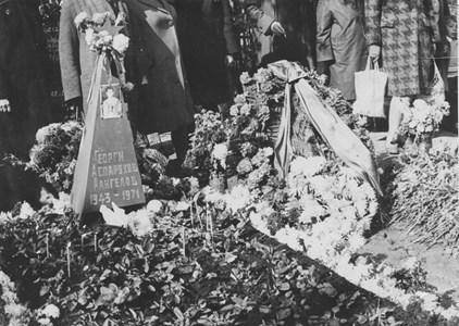 """Кадър от гроба на Аспарухов.  СНИМКИ: ОГНЯН РИЗОВ, ПРЕДОСТАВЕНИ НА """"24 ЧАСА"""" ОТ РАДОСТИН ЯНКОВ"""