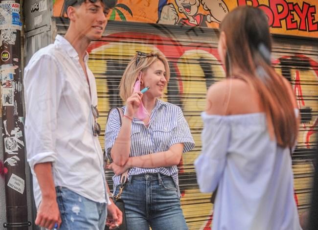 Електронната цигара е новост за приятелите й
