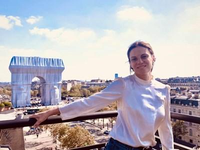 Теодора Духовникова видя опакованата по проект на Кристо Триумфална арка в Париж с дъщерите си