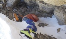 Ограничават изкачването от северната страна на Еверест. Ще почистват телата на загиналите алпинисти