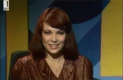 """1981 г. В началото на 80-те Инна Симеонова е едно от новите лица на държавната телевизия. Много е млада, но талантът и е безспорен. Кадърът е от """"Едно от пет"""", направен в навечерието на Нова година. Тогава Симеонова съобщава от екрана: """"Толкова много поздрави и пожелания, драги приятели, че и на мен просто ми се иска да се присъединя към тях."""