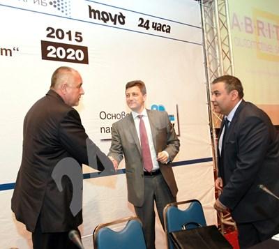 """Премиерът Бойко Борисов се здрависва с председателя на асоциацията на банките и главен изпълнителен директор на СИБАНК Петър Андронов по време на дискусията на """"24 часа"""" и """"Труд"""". СНИМКА: 24 часа"""