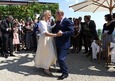 Карин Кнайсъл и Владимир Путин танцуваха валс на сватбата на външната министърка СНИМКА: Ройтерс
