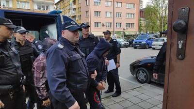 Водят в съда в Габрово тримата цигани, пребили продавач-консултант СНИМКА: Дима Максимова