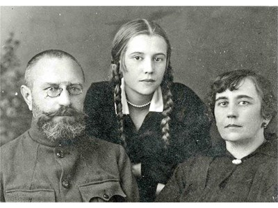Ученическа снимка с мама и татко.