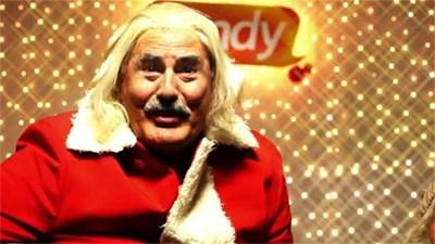 Кадър от  рекламата, в която Жорж е дегизиран като Дядо Коледа.