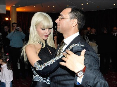 Зорница танцува с Йордан Динев на един от прочутите приеми на семейството за стотици гости.