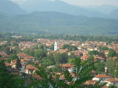 Градът е сгушен в полите на пет планини и вечна зеленина.