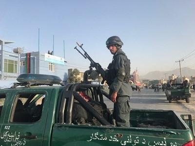 Двама полицаи са сред ранените след терористичната атака в Кабул Снимки: Ройтерс